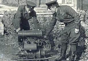 Gaisrininkai tikrina siurblį. Apie 1970 metus. (Iš Ariogalos gelbėtojų ugniagesių archyvo).