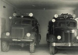 Ariogalos gaisrininkų mašinos. Kairėje priešgaisrinis automobilis AR-1,6 ant GAZ-63 bazės, dešinėje PMZ-14 ant ZiS-150 bazės. Apie 1970 metus. Iš Ariogalos ugniagesių gelbėtojų archyvo.