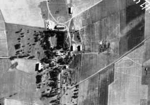 Čėkuvos dvaras. Vokiečių lauko aerodromo šalia Ariogalos nuotraukos fragmentas. 1944 rugpjūčio 24.