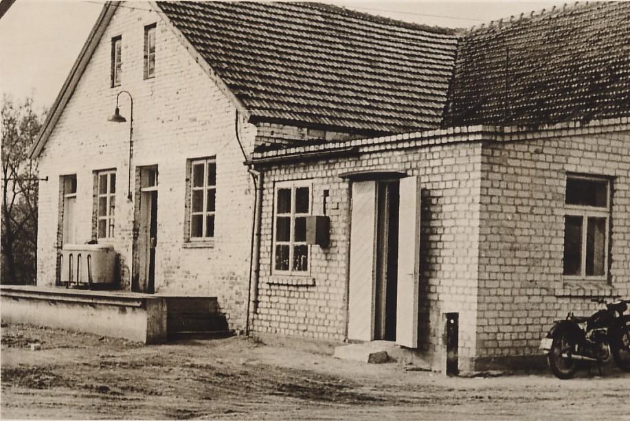 Ariogalos pieninė pakalnėje. Apie 1970 metus. J.Bukausko nuotrauka.